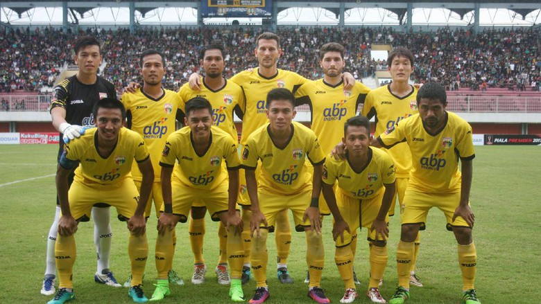 Mitra Kukar Football Team